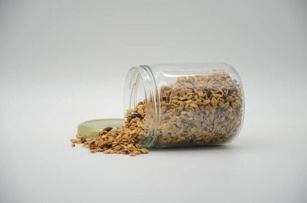 Bocal de céréales granola nature et graines bio