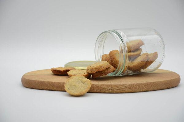 Bocal renversé de biscuits croquants bio aux noix